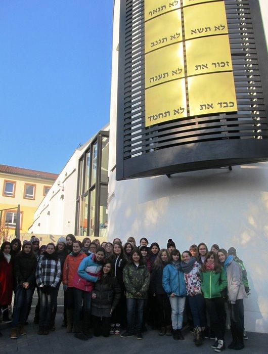 Die Klassen 7a und 7b des Edith-Stein-Gymnasiums vor der Speyerer Synagoge